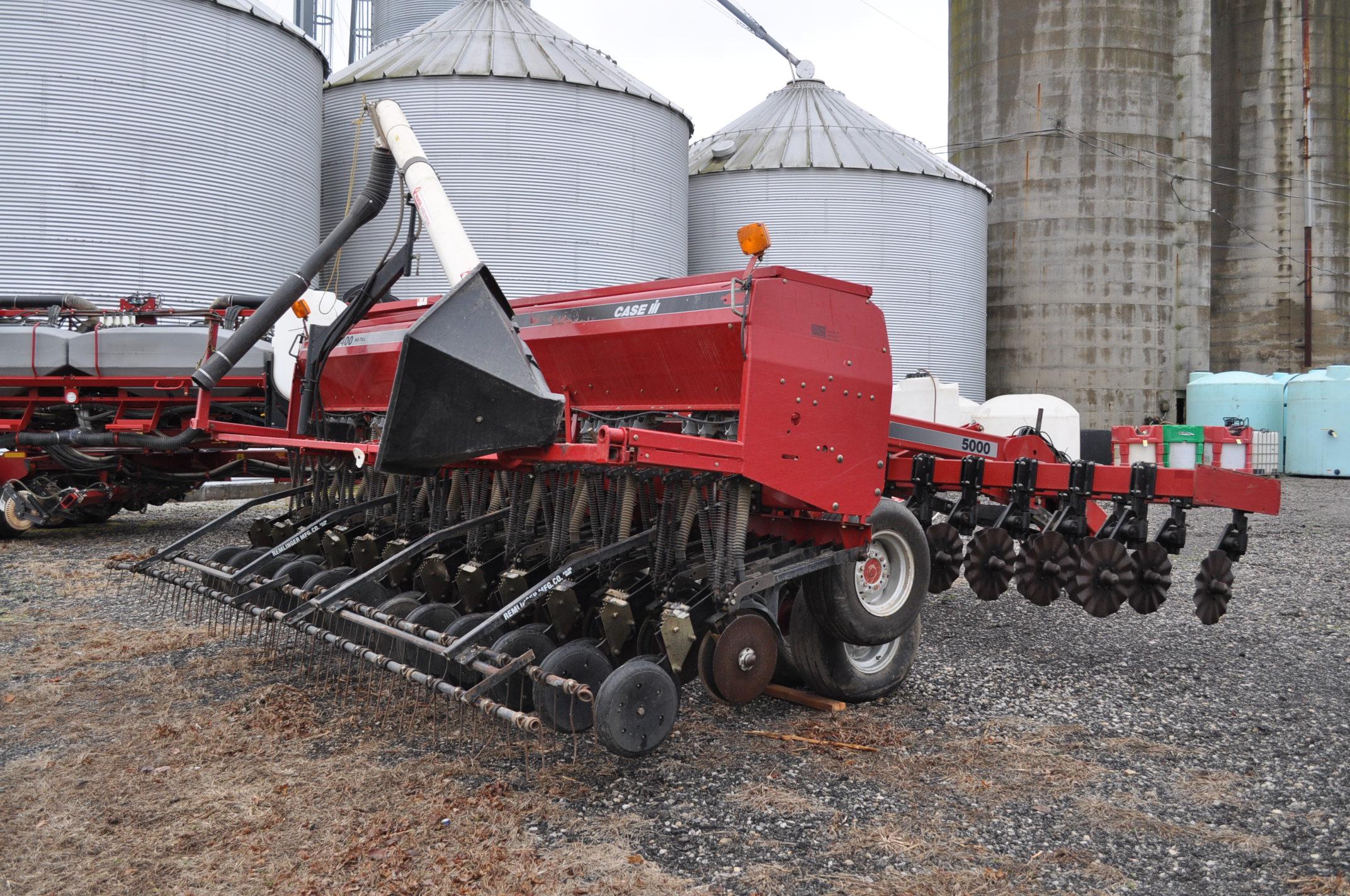 """Case IH 5400 grain drill, 3pt no-till caddie cart, 7 ½"""" spacing, 2 bar coil tine drag, Remlinger - Image 3 of 13"""