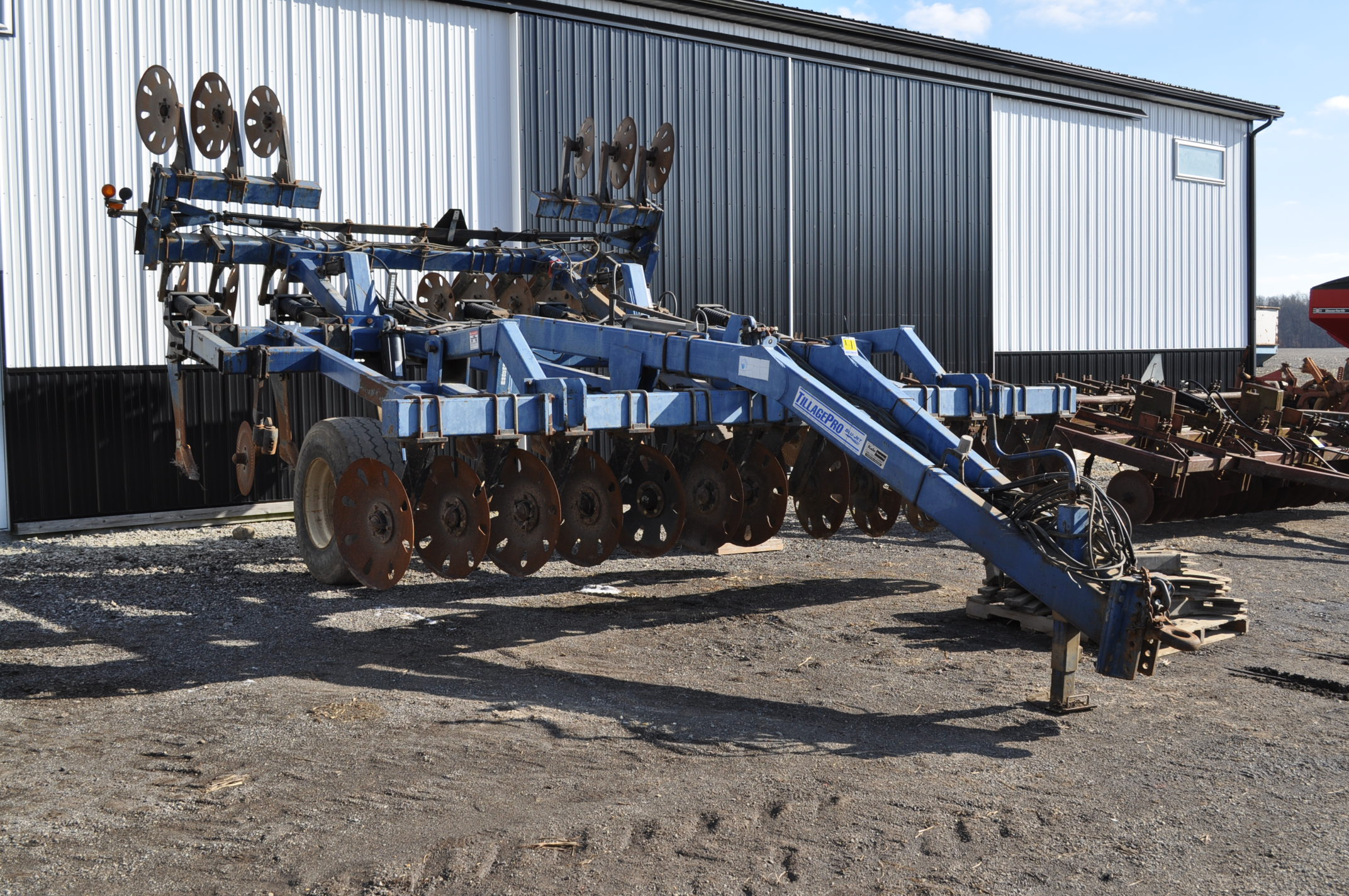 Blu-Jet Tillage Pro 7 shank inline ripper, front and rear hyd adjustable discs, sells with extra - Image 4 of 18