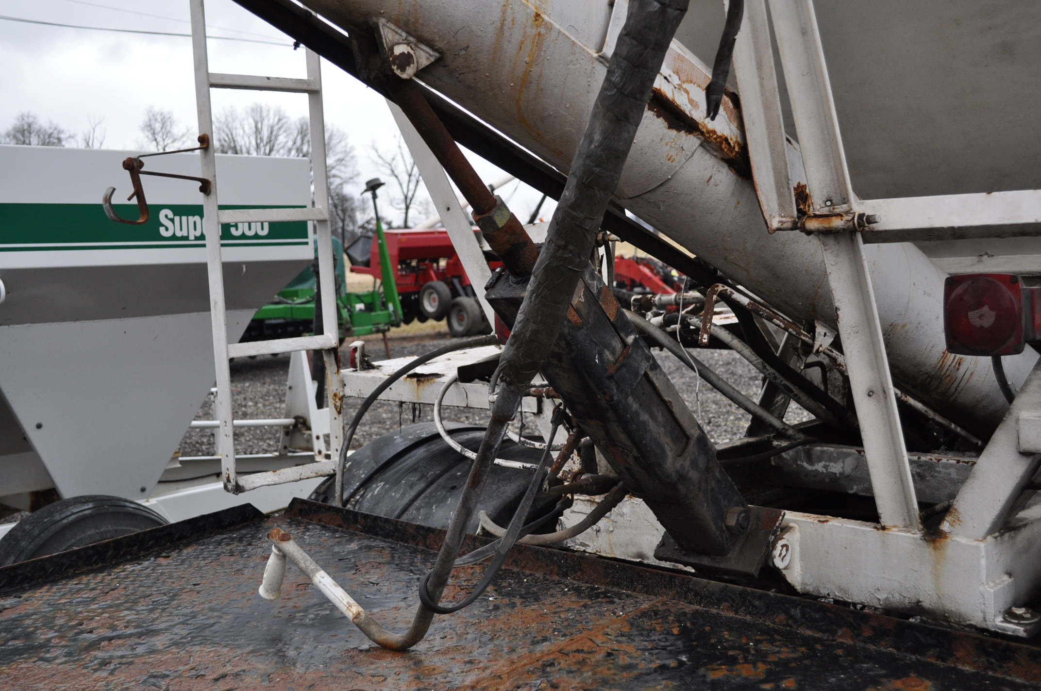 2000 International 4900 dry fertilizer tender truck, single axle, DT466E, Spicer 6 spd, spring ride, - Image 12 of 21