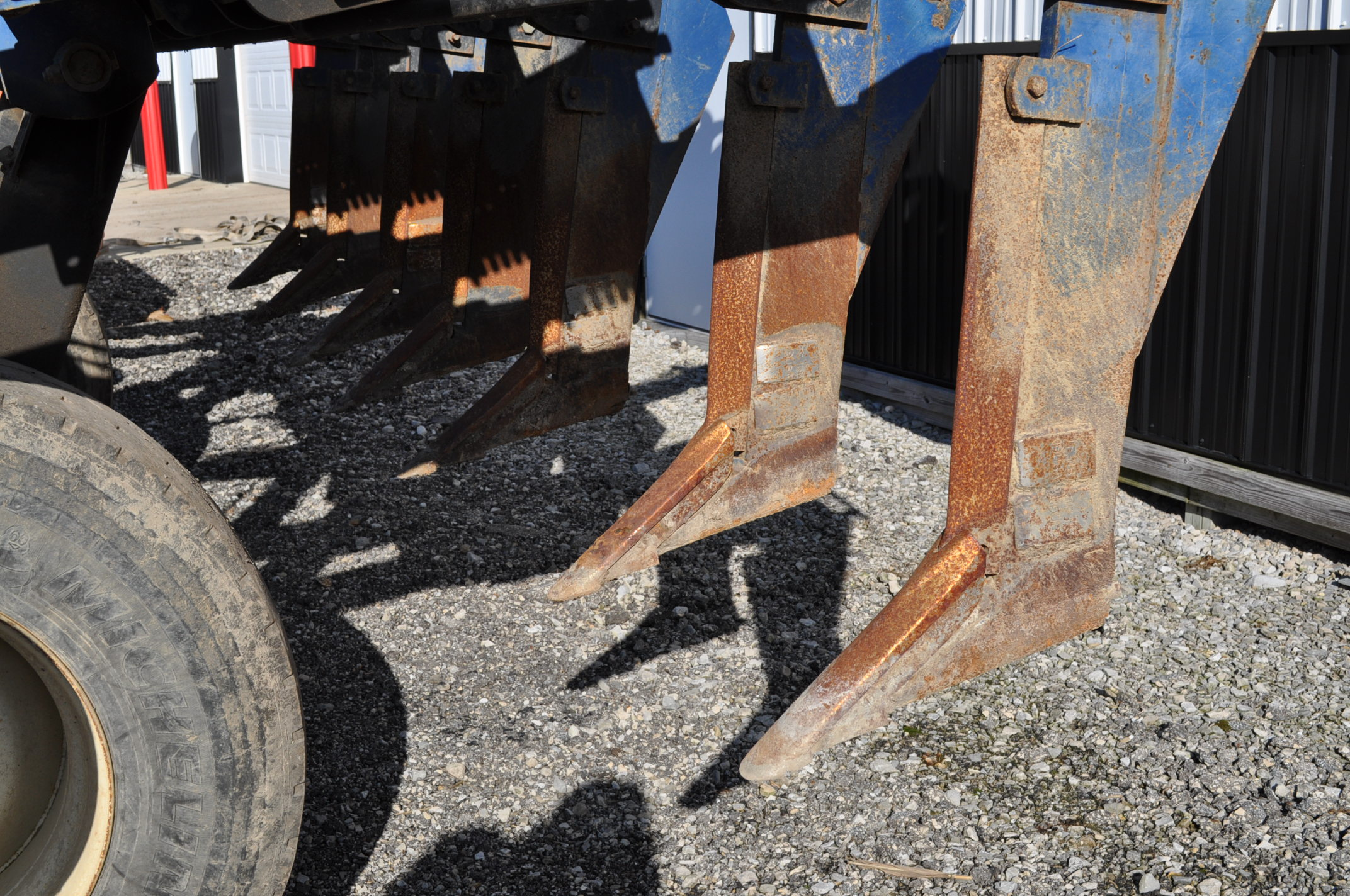 Blu-Jet Tillage Pro 7 shank inline ripper, front and rear hyd adjustable discs, sells with extra - Image 9 of 18