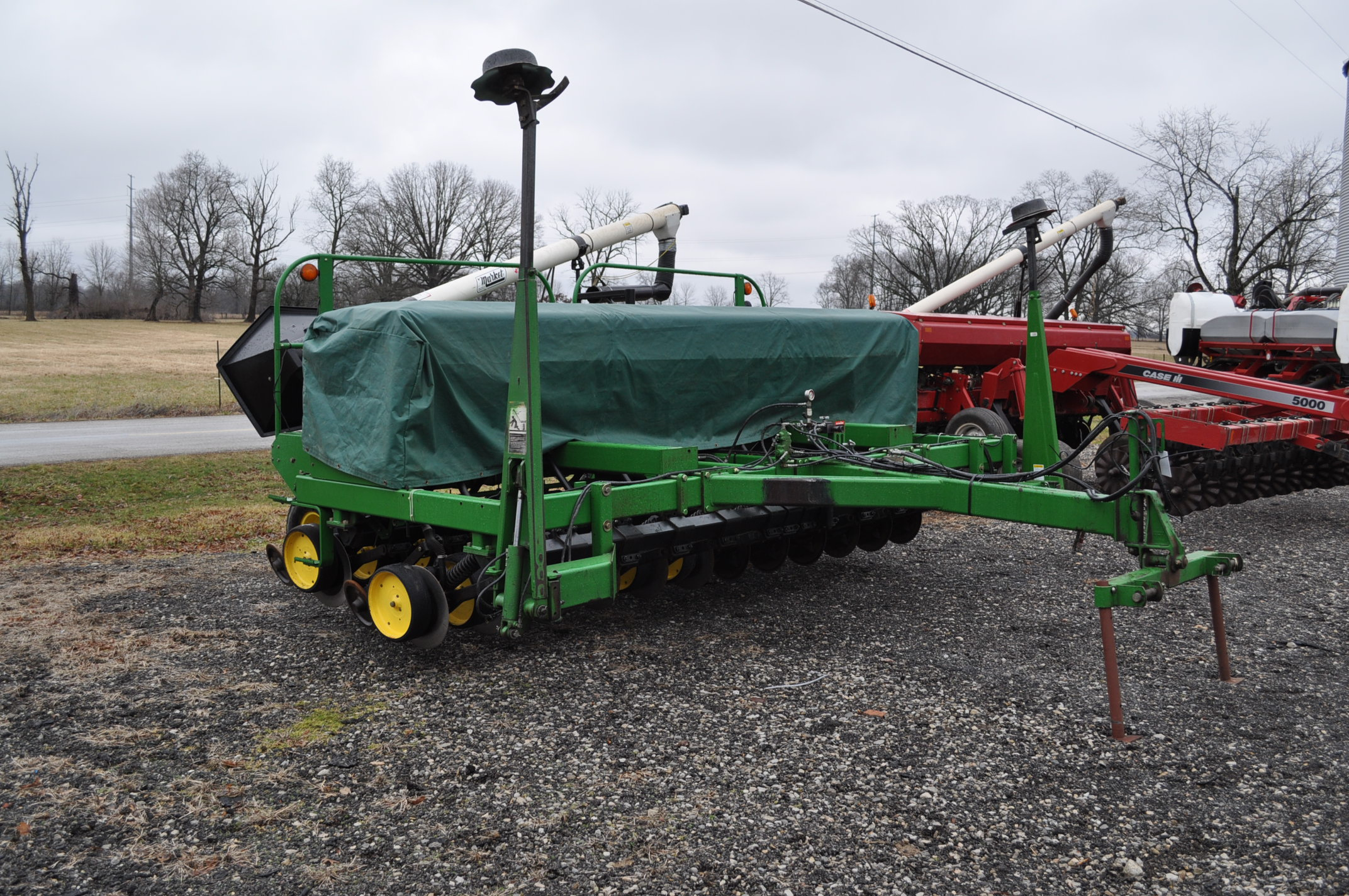 "15' John Deere 750 grain drill, 7 ½"" spacing, 2 pt hitch, markers, poly brush fill auger, new - Image 4 of 12"