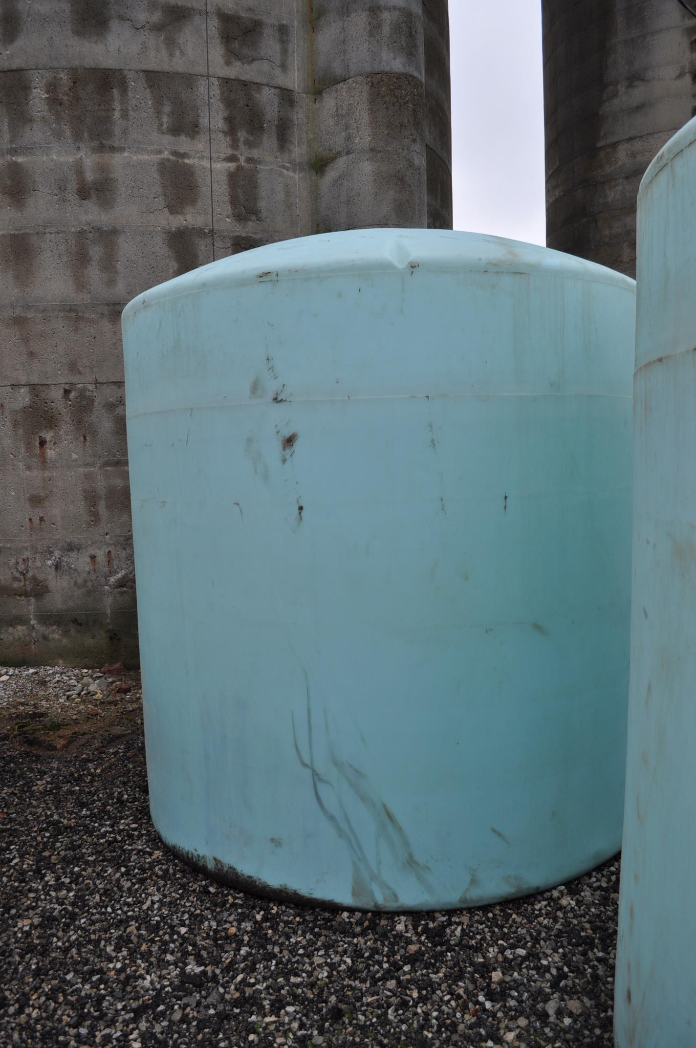 3000 gal poly flat bottom tank, always in barn - Image 3 of 4