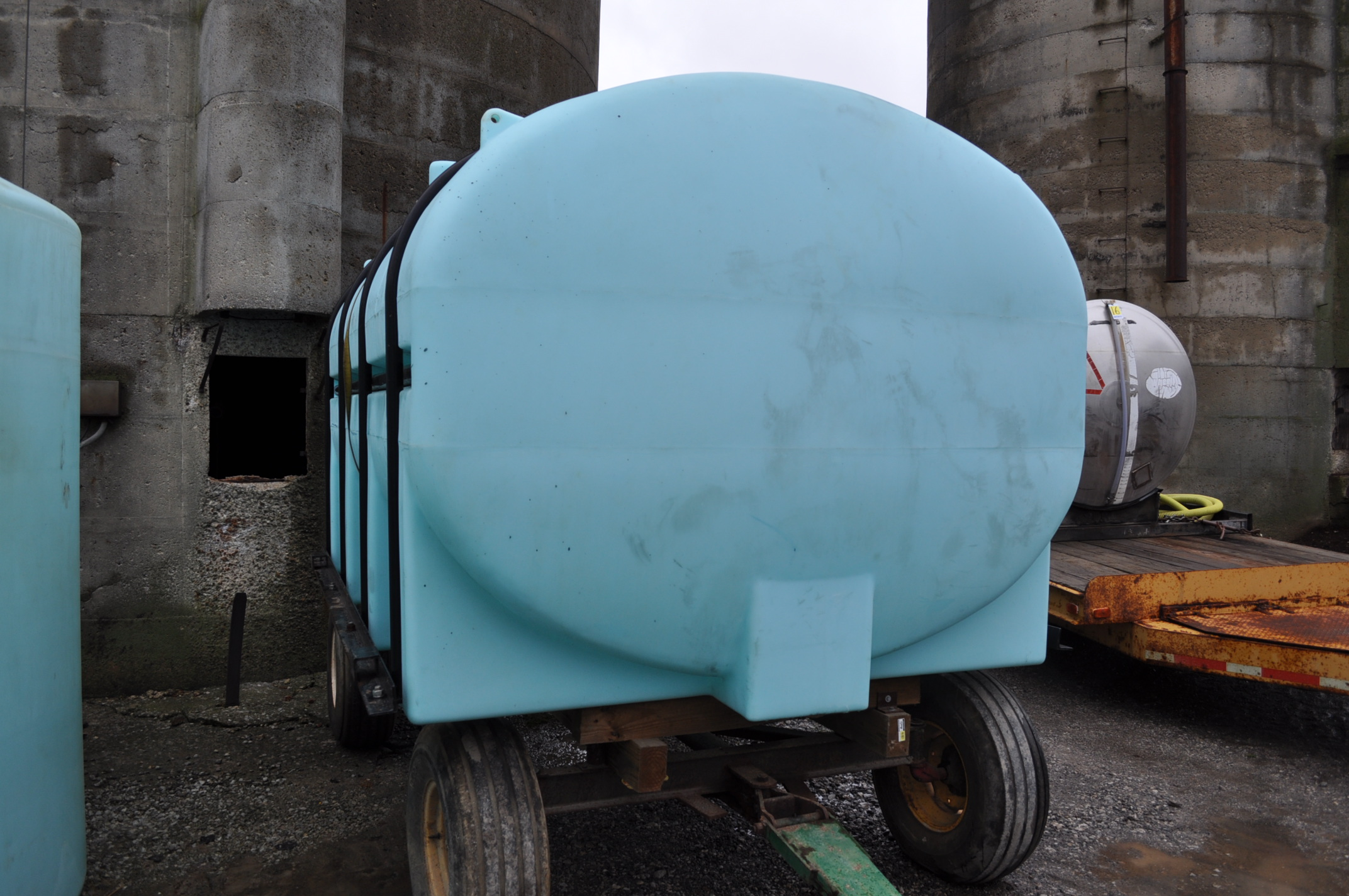 3250 gal poly Ace Roto-Mold leg tank with hoops, wagon gear does not sell - Image 4 of 5