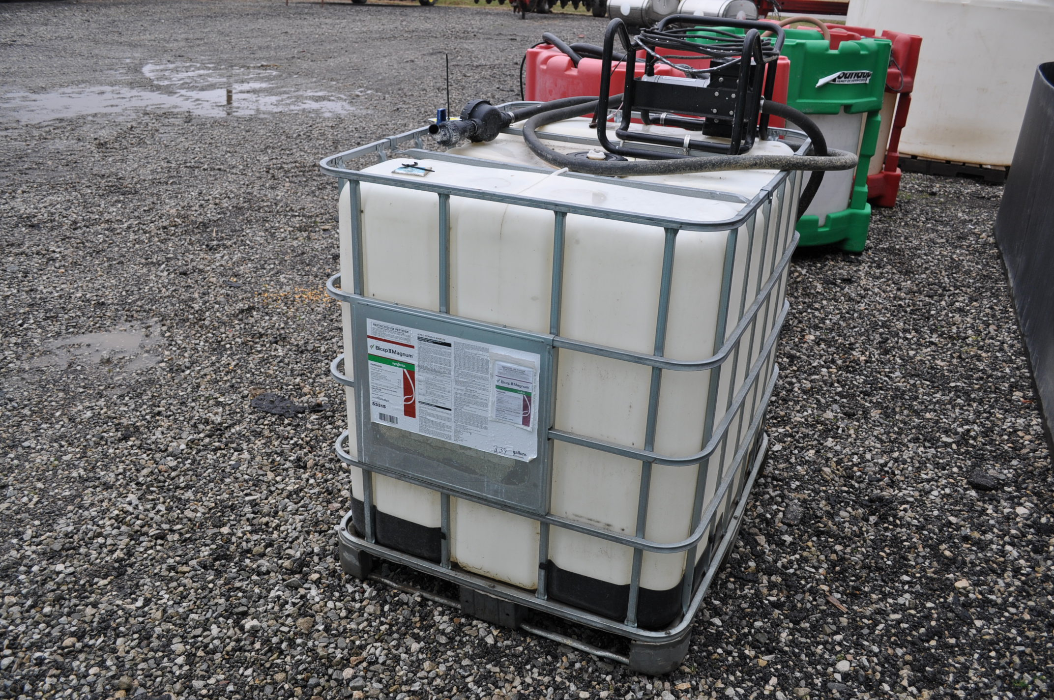265 gal chemical cage tank with 12volt pump, meter and hose - Image 2 of 2