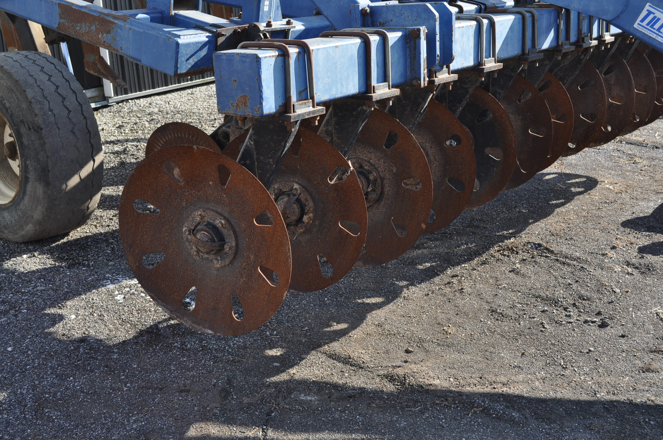 Blu-Jet Tillage Pro 7 shank inline ripper, front and rear hyd adjustable discs, sells with extra - Image 13 of 18
