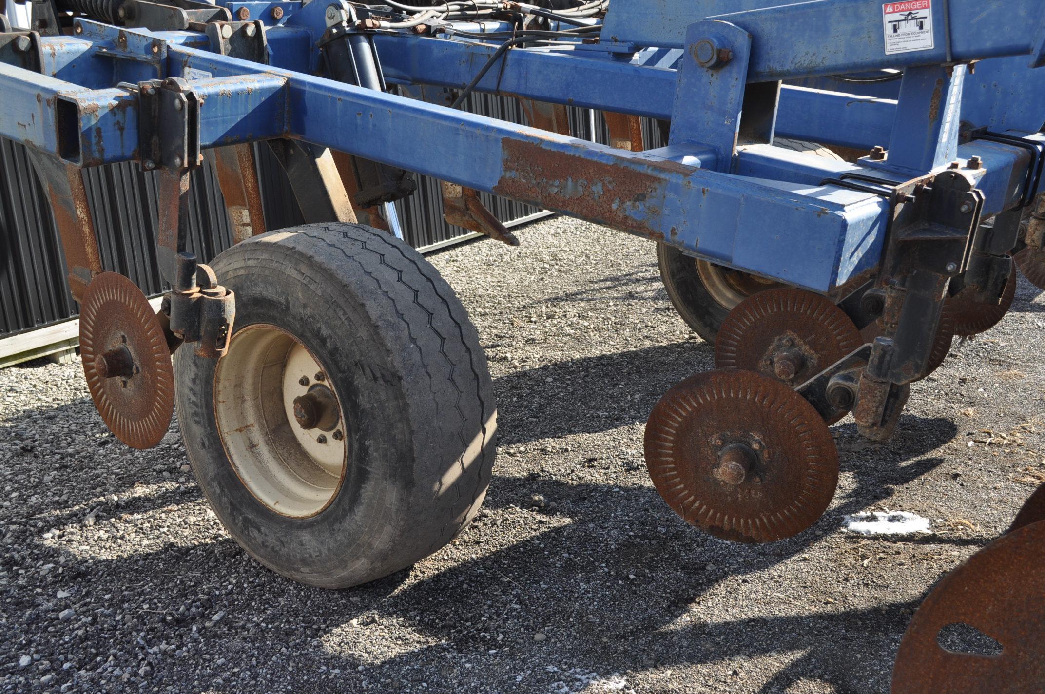 Blu-Jet Tillage Pro 7 shank inline ripper, front and rear hyd adjustable discs, sells with extra - Image 14 of 18