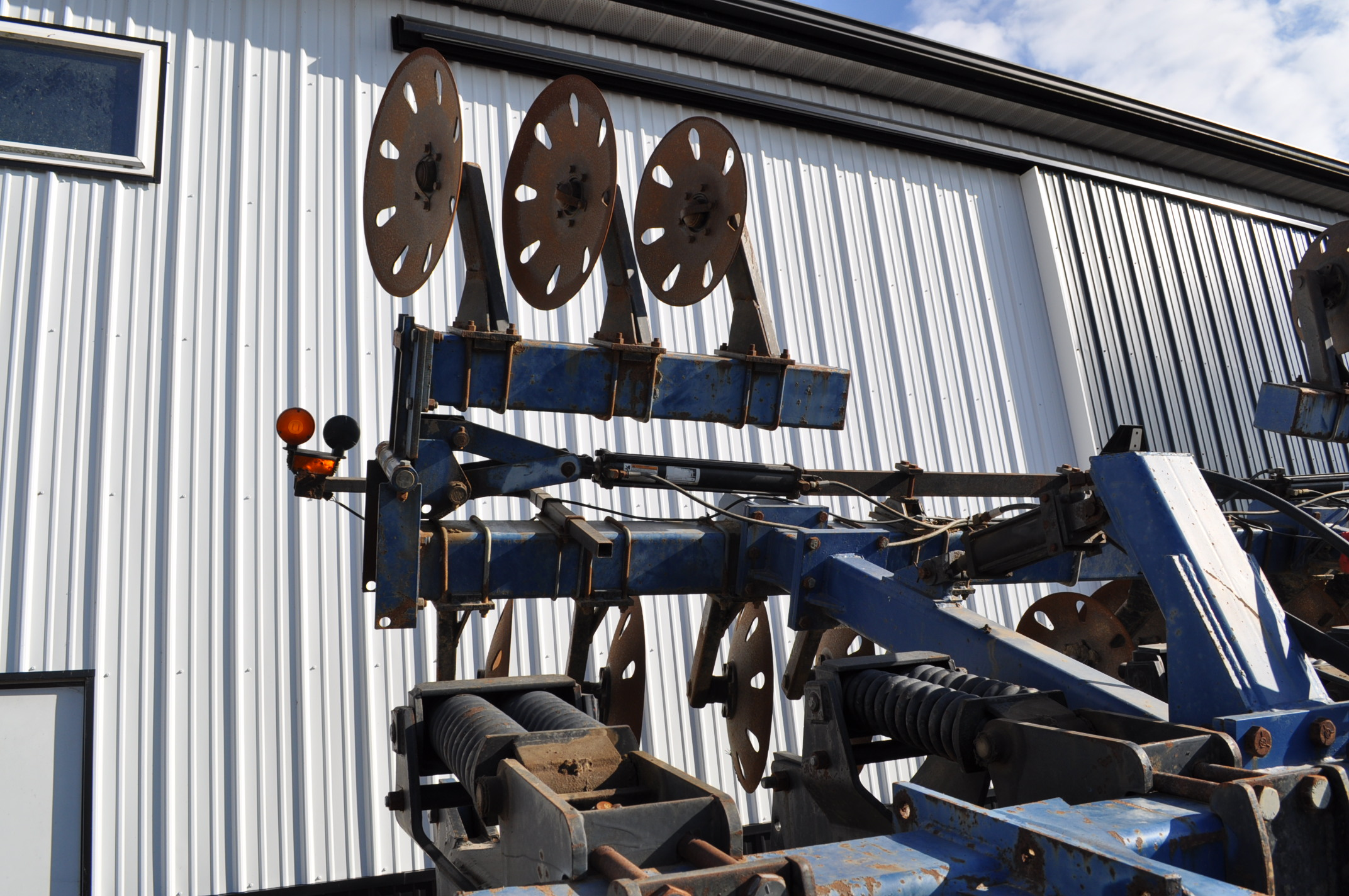 Blu-Jet Tillage Pro 7 shank inline ripper, front and rear hyd adjustable discs, sells with extra - Image 17 of 18