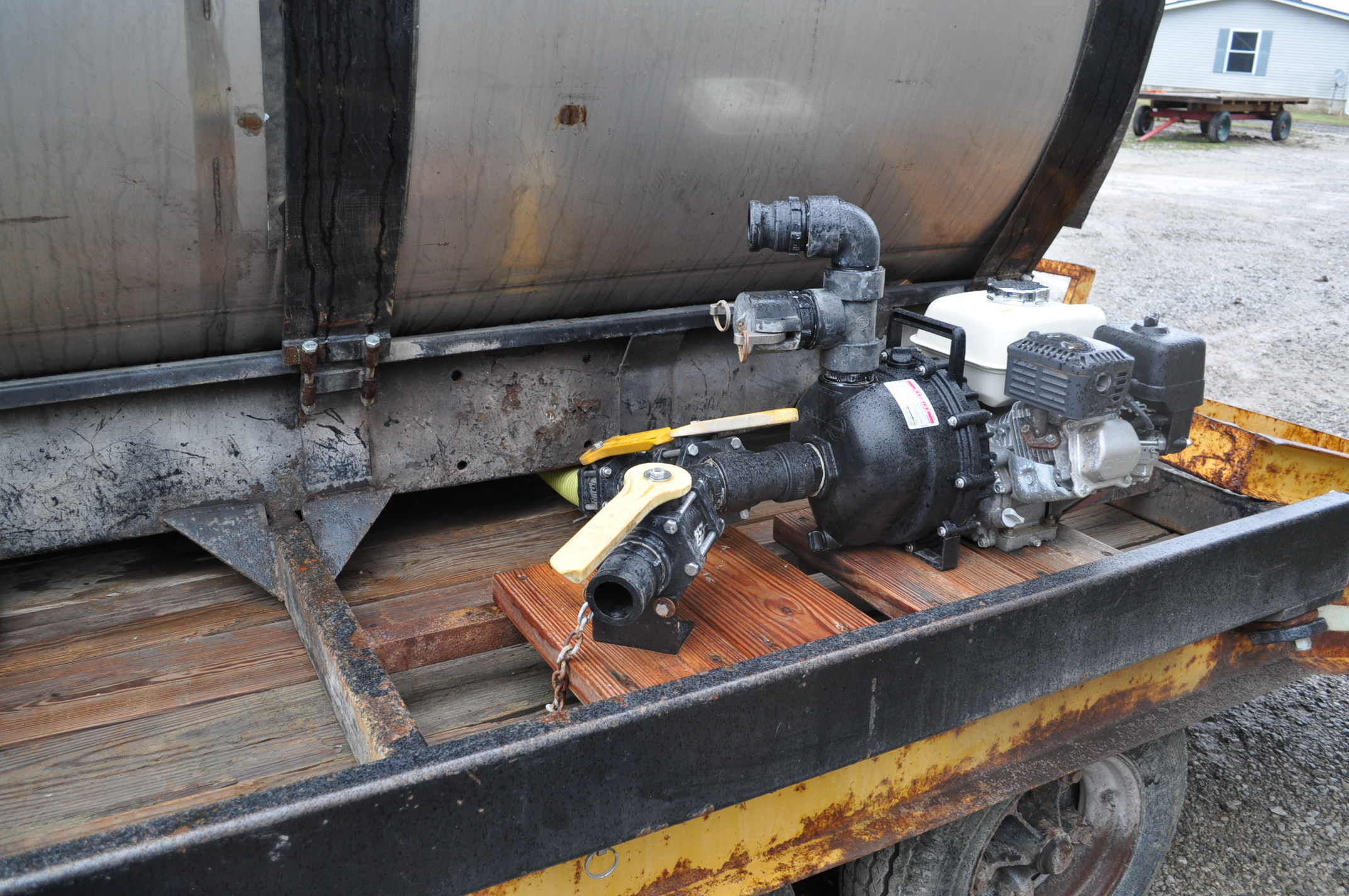 """1400 gal SS tank on steel skid with 2"""" banjo poly pump, Honda engine - Image 5 of 5"""