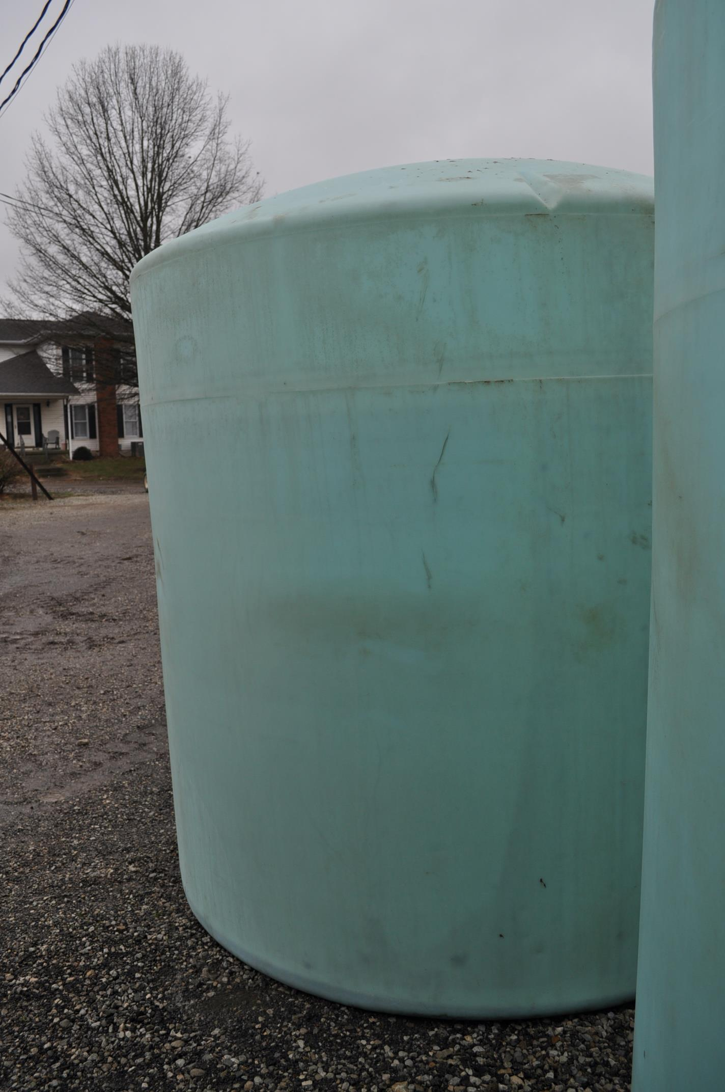 3000 gal poly flat bottom tank, always in barn - Image 2 of 4