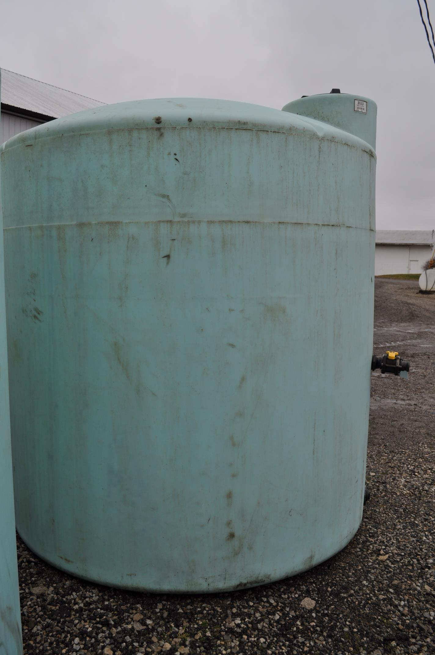 3000 gal poly flat bottom tank, always in barn - Image 3 of 4
