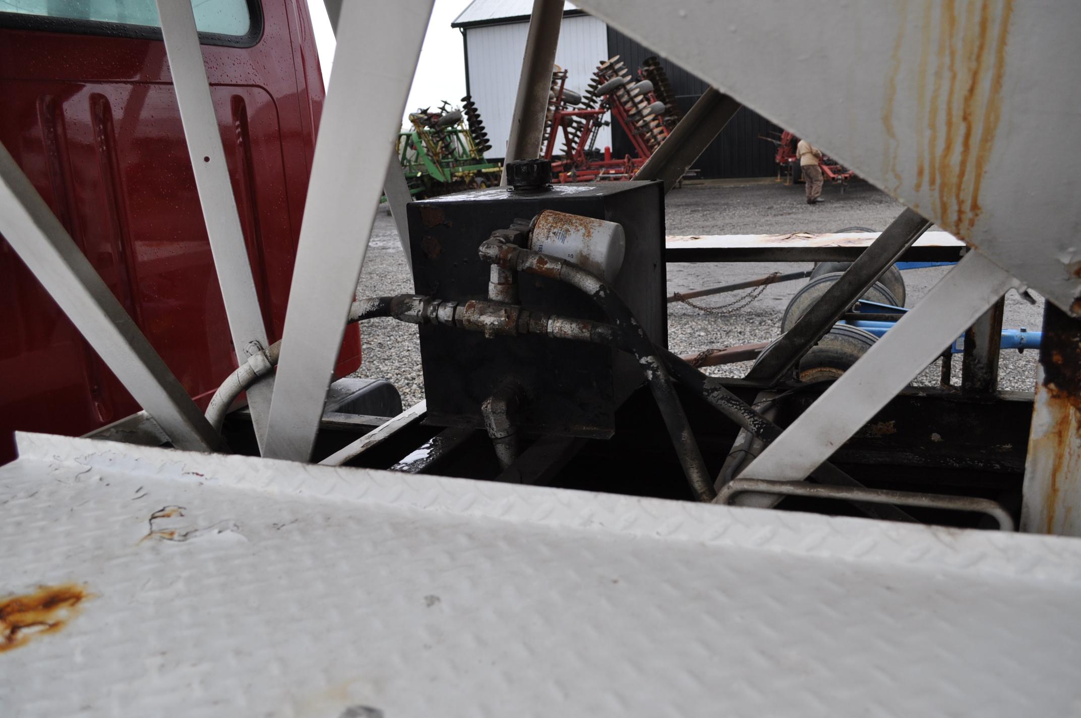 2000 International 4900 dry fertilizer tender truck, single axle, DT466E, Spicer 6 spd, spring ride, - Image 16 of 21