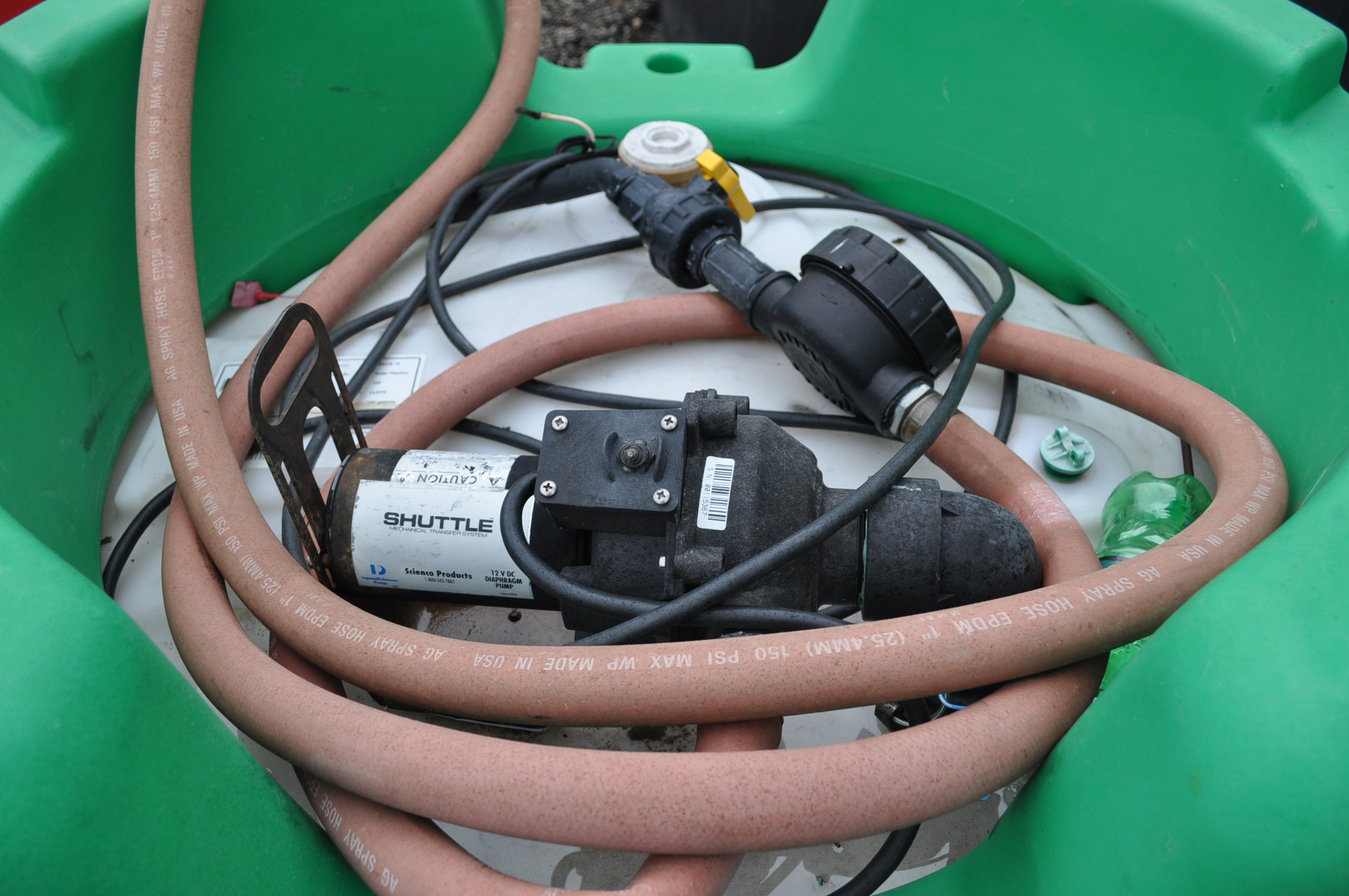 poly chemical shuttle with 12 volt pump, meter and hose - Image 2 of 2