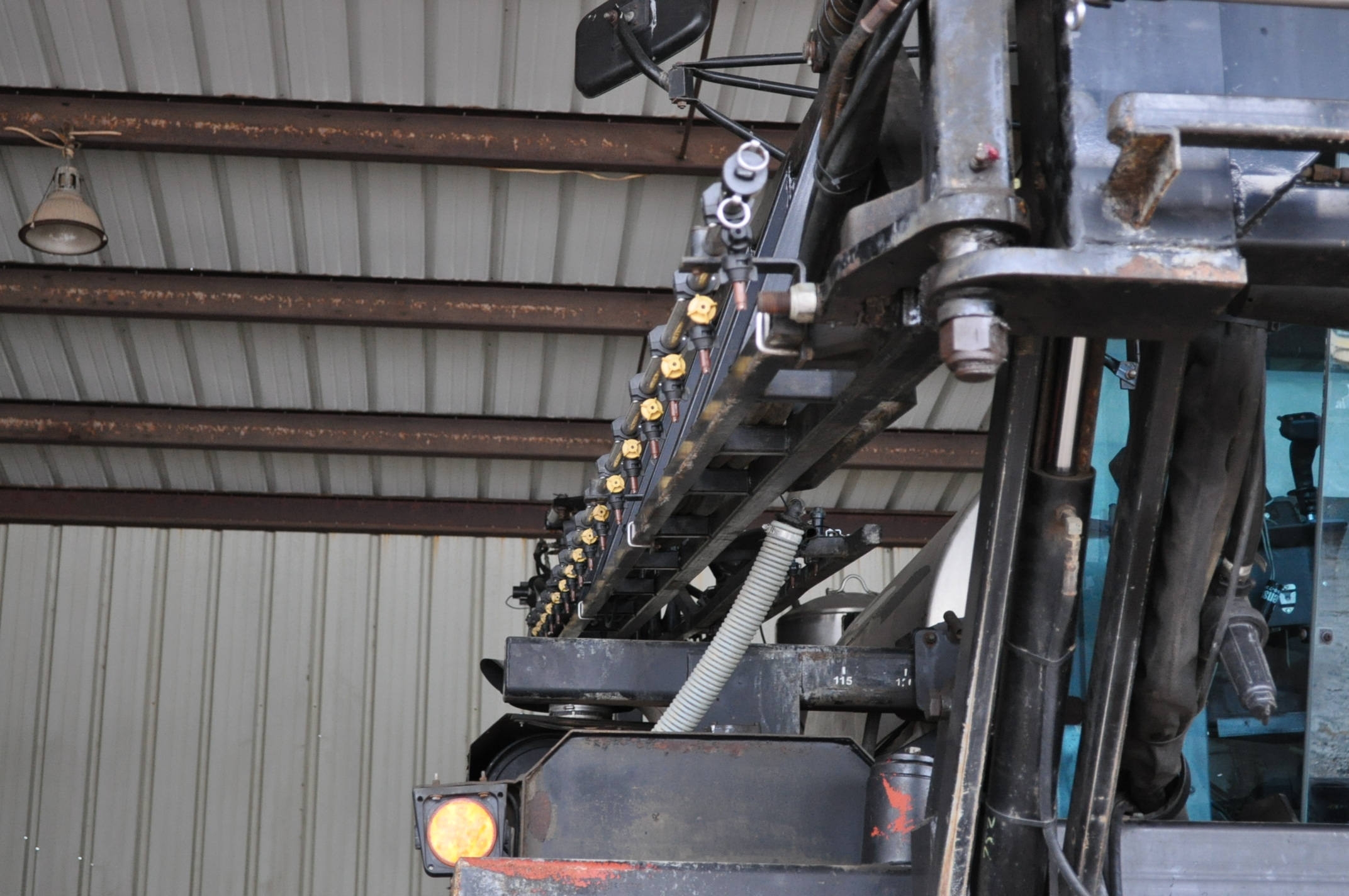 """Silver Wheels Voyager 2000 sprayer, 14.9R46 tires, hydrostatic, 90' boom, 15"""" nozzle spacing, 1000 - Image 10 of 21"""