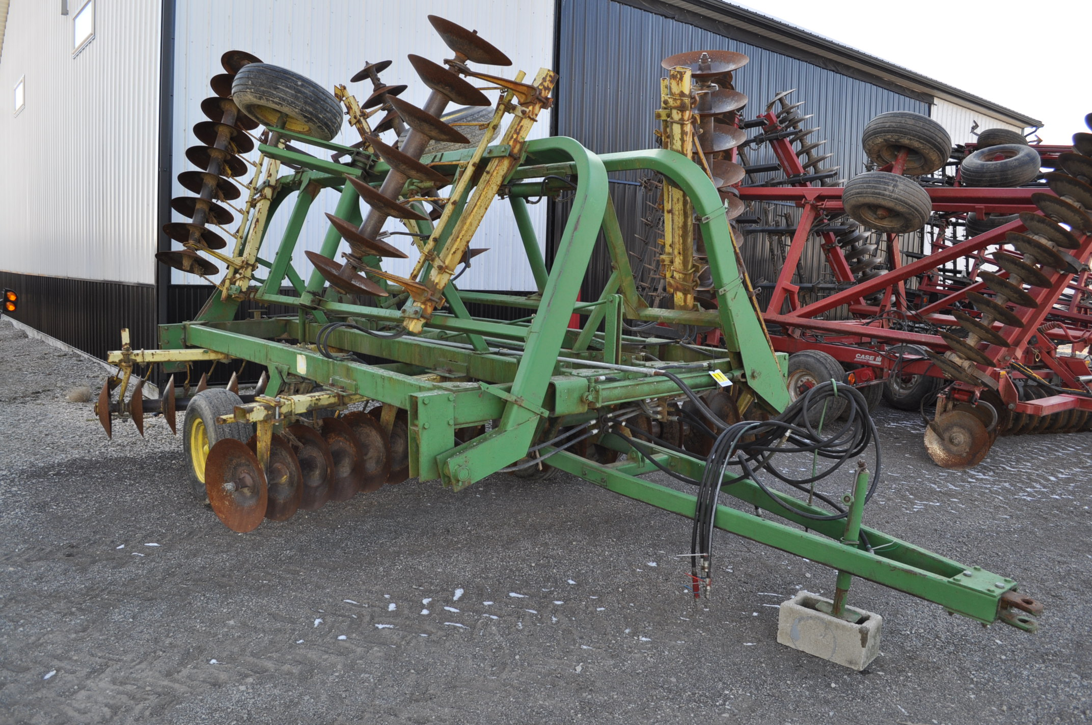 "23' John Deere 230 disc, hyd fold, 9"" spacing, rear hitch and hyd - Image 3 of 15"