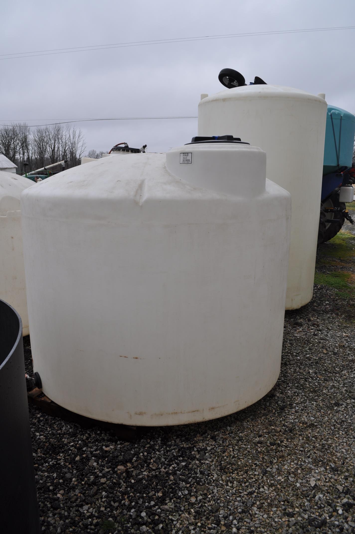 1700 gal flat bottom poly tank - Image 2 of 4