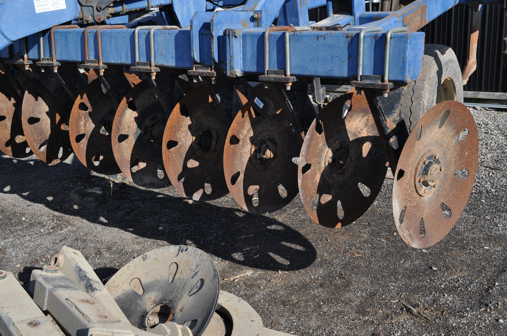 Blu-Jet Tillage Pro 7 shank inline ripper, front and rear hyd adjustable discs, sells with extra - Image 7 of 18