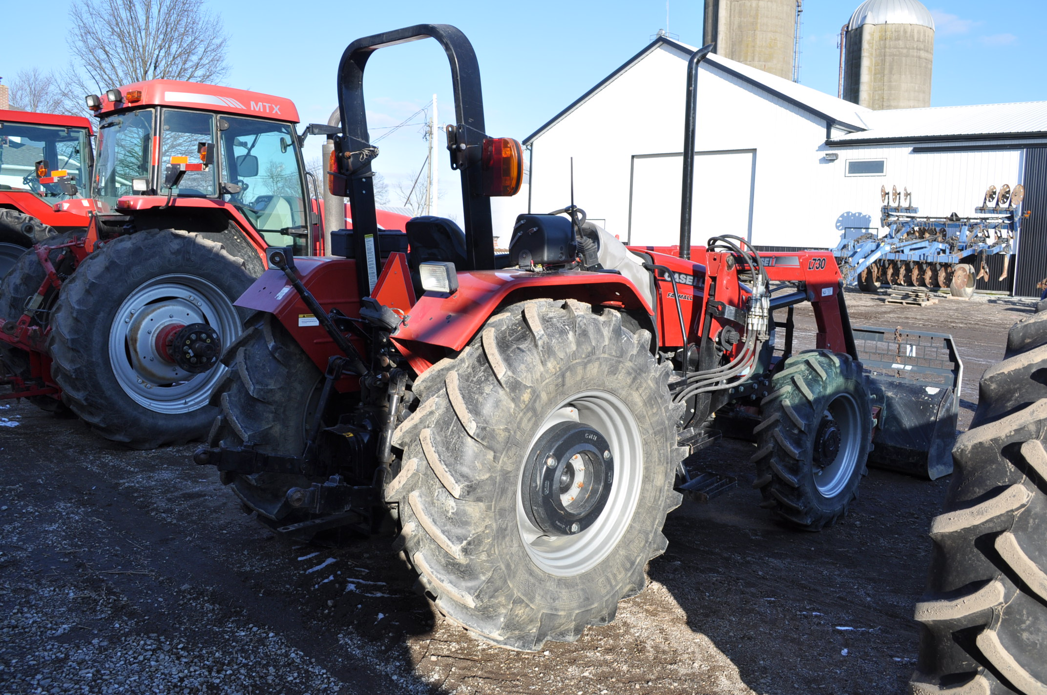 Case IH 85U Farmall MFWD tractor, 18.4R30 rear, 12.4R24 front, open station, mechanical shuttle - Image 4 of 16