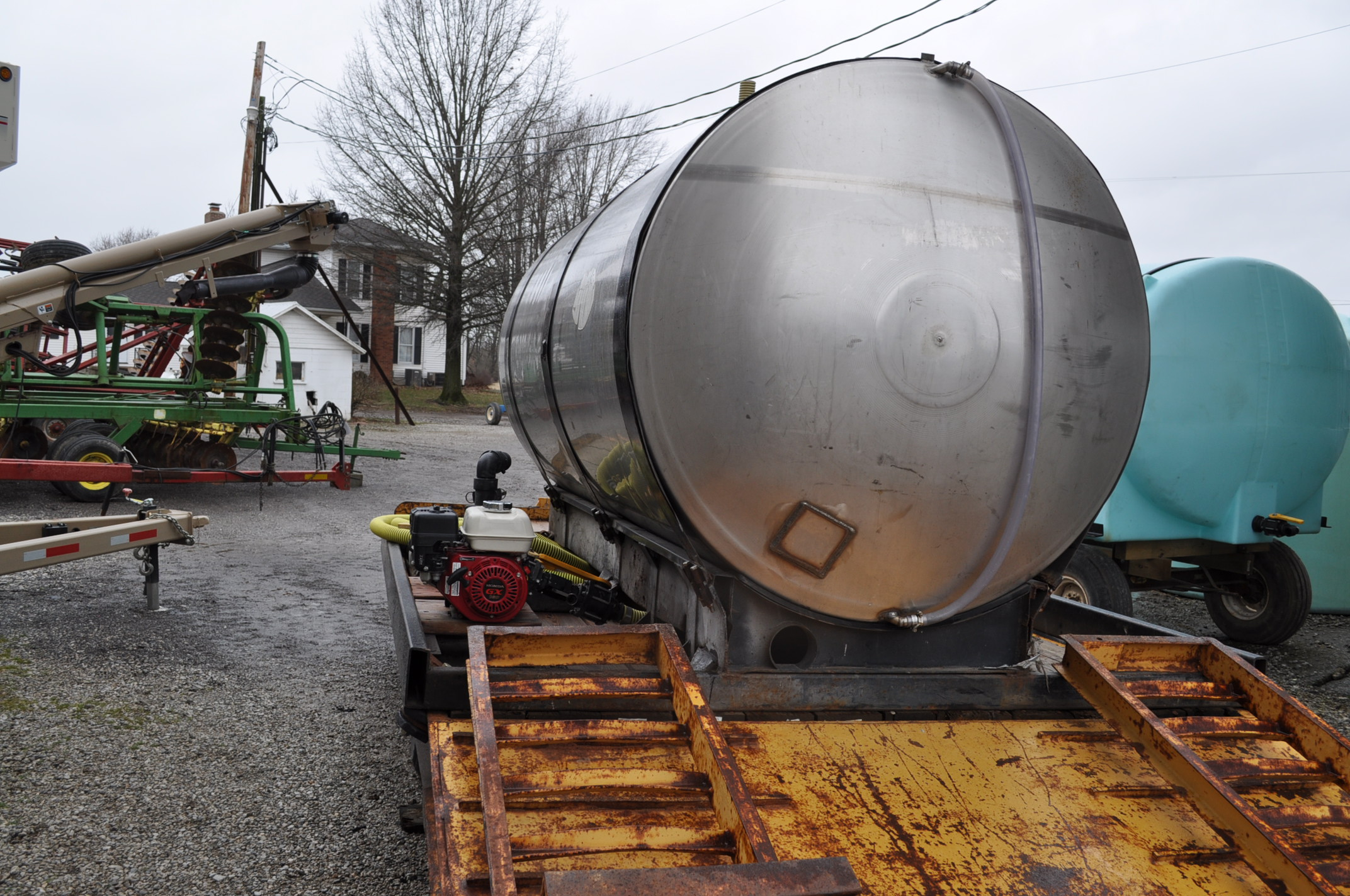 """1400 gal SS tank on steel skid with 2"""" banjo poly pump, Honda engine - Image 2 of 5"""