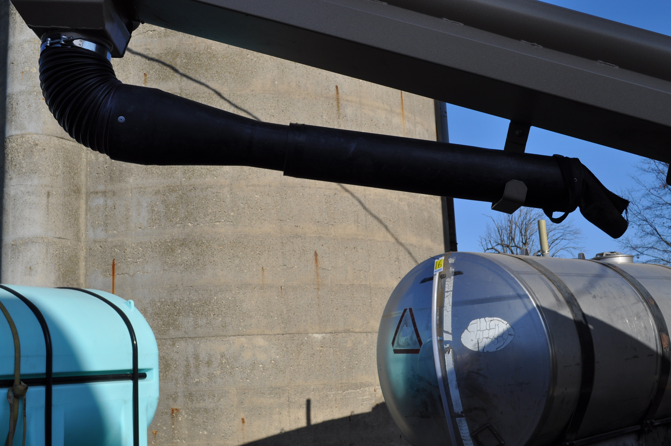 """Unverferth 2750 Seedrunner seed tender, tandem axle, scales, 6"""" conveyor, manual doors, roll tarp, - Image 5 of 10"""