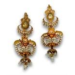 Pendientes largos imperio pp s XIX con ánforas de aljófar de perlas y filigrana en oro de 18K. Con