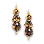 Pendientes largos s.XIX con perlas de aljófar en motivos articulados de botón flor y perilla. En oro
