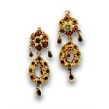 Pendientes largos s.XIX con esmeraldas en flor y perillas colgantes. Peso :5,74 grs. Longitud: 4 cms