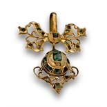 Colgante s.XVIII de lazo y perilla de esmeraldas en oro de 18K. Punzonado.Medidas:4,2 x 3,5 cms.