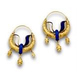 Pendientes franceses de aro con hojas de esmalte azul añil en oro de 18K.En ambos falta una de las