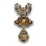 Broche realizado con Pendentif s.XVIII de diamantes en motivos de lazo cruz y perilla articulados.