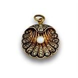 Colgante de venera s.XIX ,con diamantes ,esmalte y perla fina .En oro de 18K.Medidas:2,8 x 2,2