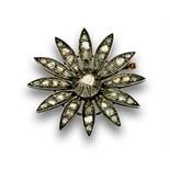 Broche flor de diamantes talla rosa pps s XIX en oro de 18K con frente de engaste en plata.Peso