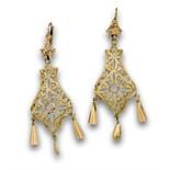 Pendientes largos con diseño calado y zafiros blancos en oro de 18K.Longitud:5,8 cms. Peso:4 grs. (