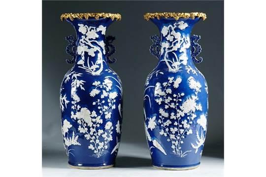 pareja de jarrones de porcelana esmaltada en azul y blanco con decoracin de hojas de almendro