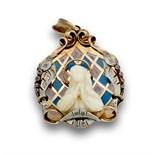 Colgante años 30 con Virgen de hueso en capilla de esmalte translúcido; con diamantes adornando la