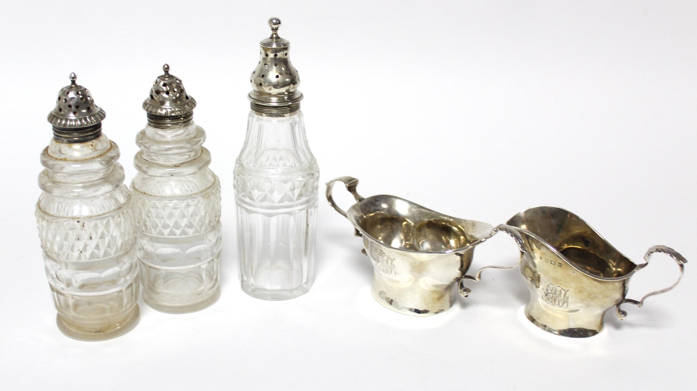 Lot 20 - An Edwardian sugar bowl & matching cream jug, Birmingham 1902, by Jones & Crompton; together with