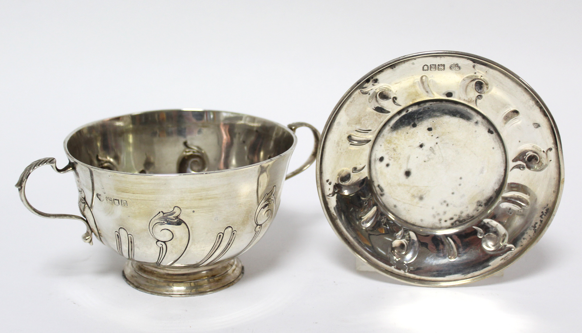 An Edwardian two-handled porringer & paten, both with embossed scroll decoration; London 1905 by - Image 4 of 6