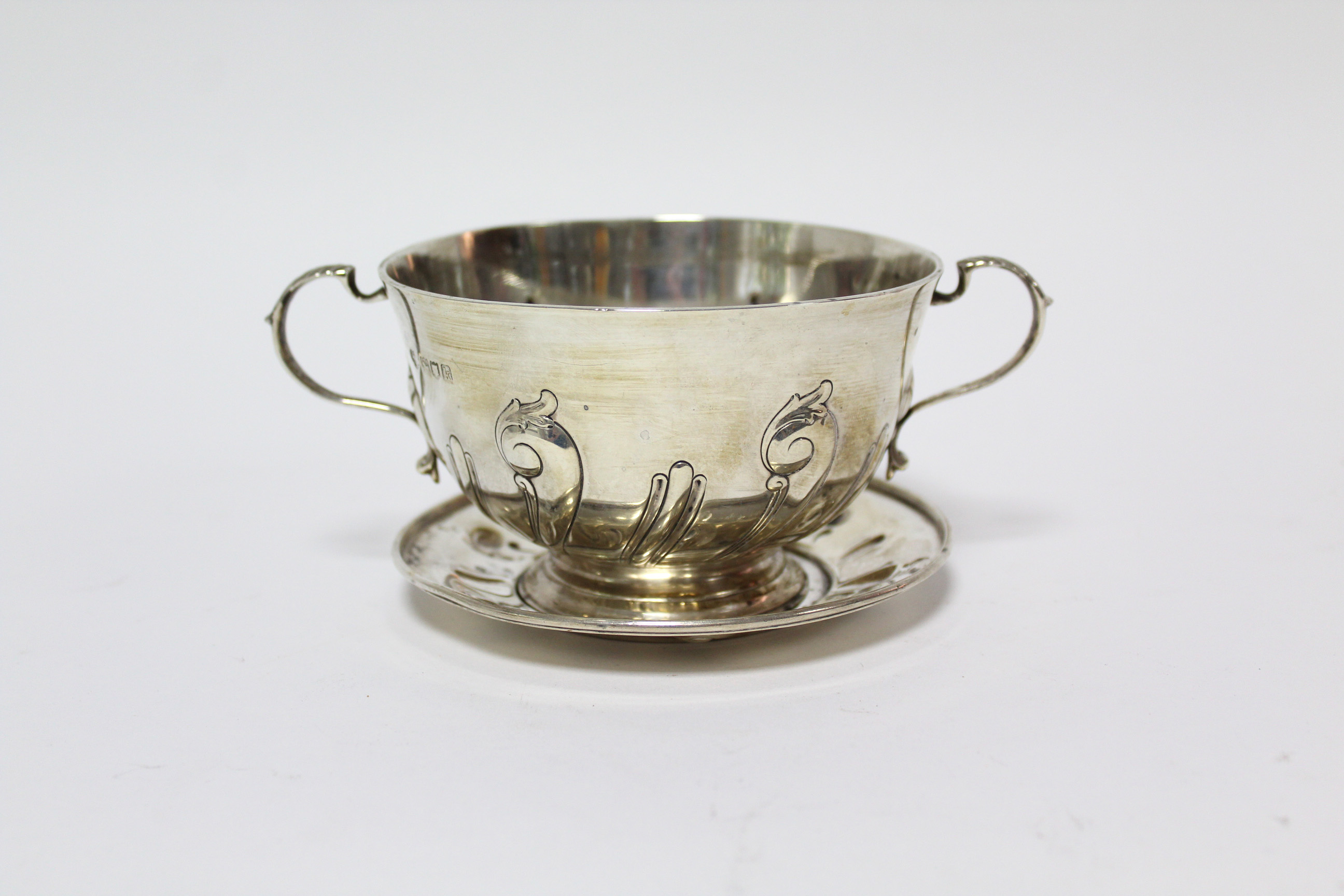 An Edwardian two-handled porringer & paten, both with embossed scroll decoration; London 1905 by - Image 3 of 6