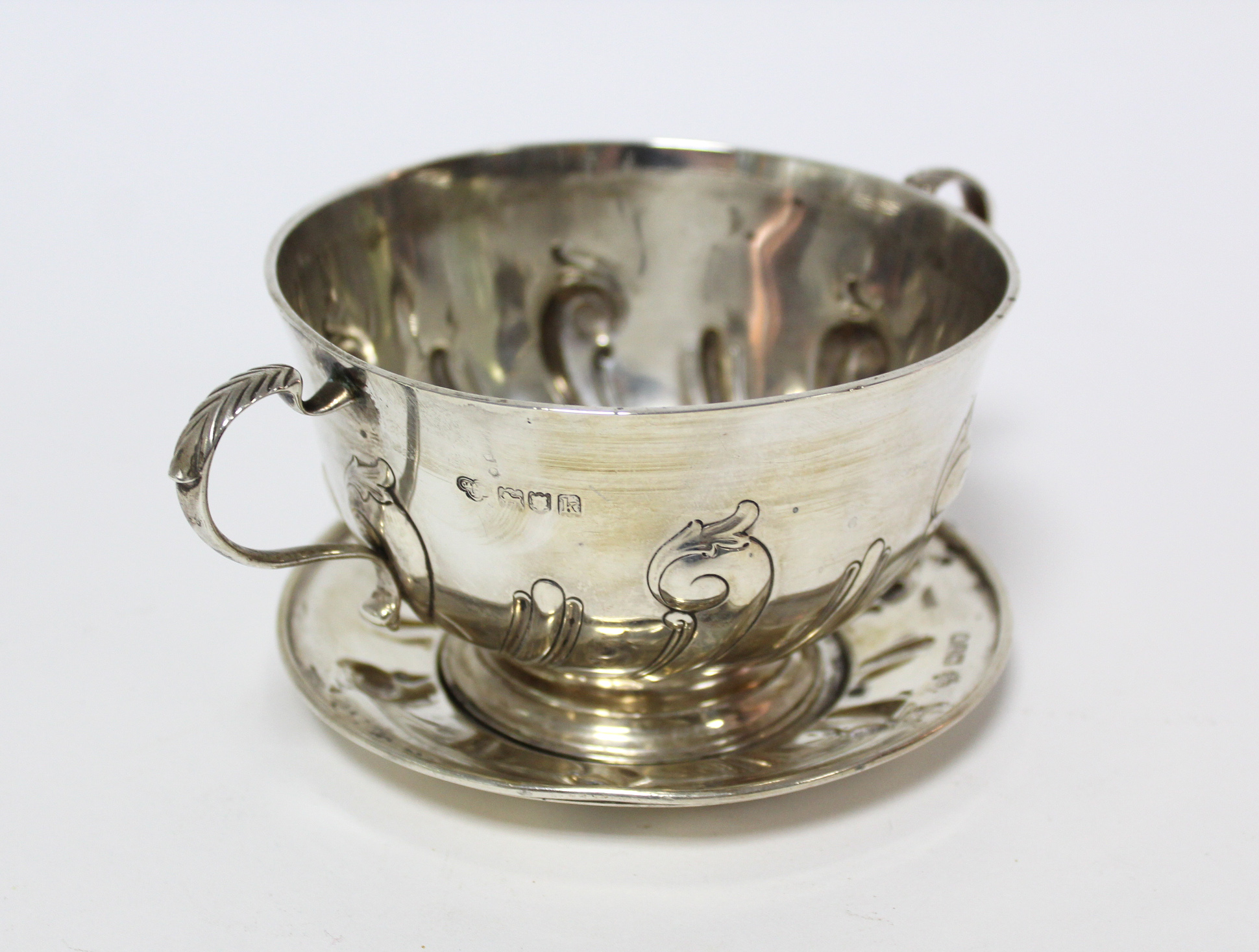 An Edwardian two-handled porringer & paten, both with embossed scroll decoration; London 1905 by - Image 2 of 6
