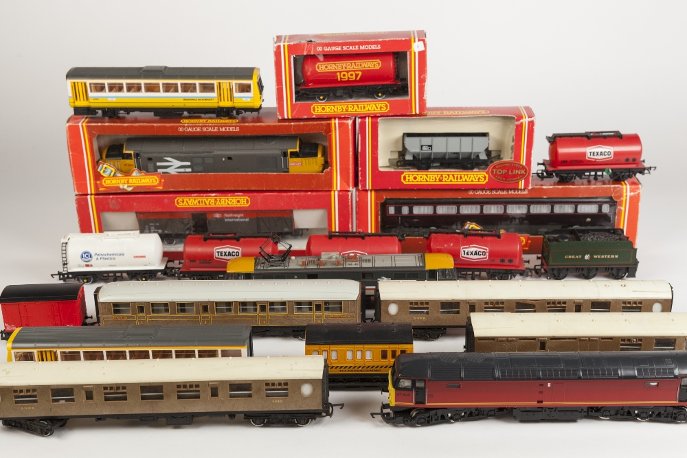 Lot 391 - SUNDRY ITEMS OF HORNBY 00 GAUGE MODEL RAIL including FIVE BOXED ITEMS, UNBOXED INTERCITY