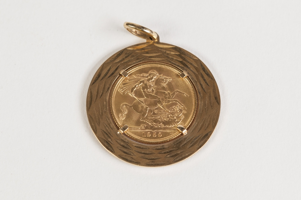 Lot 1 - QUEEN ELIZABETH II GOLD SOVEREIGN 1959 (VF) in a 14ct GOLD TEXTURED CIRCULAR MOUNT as a pendant,