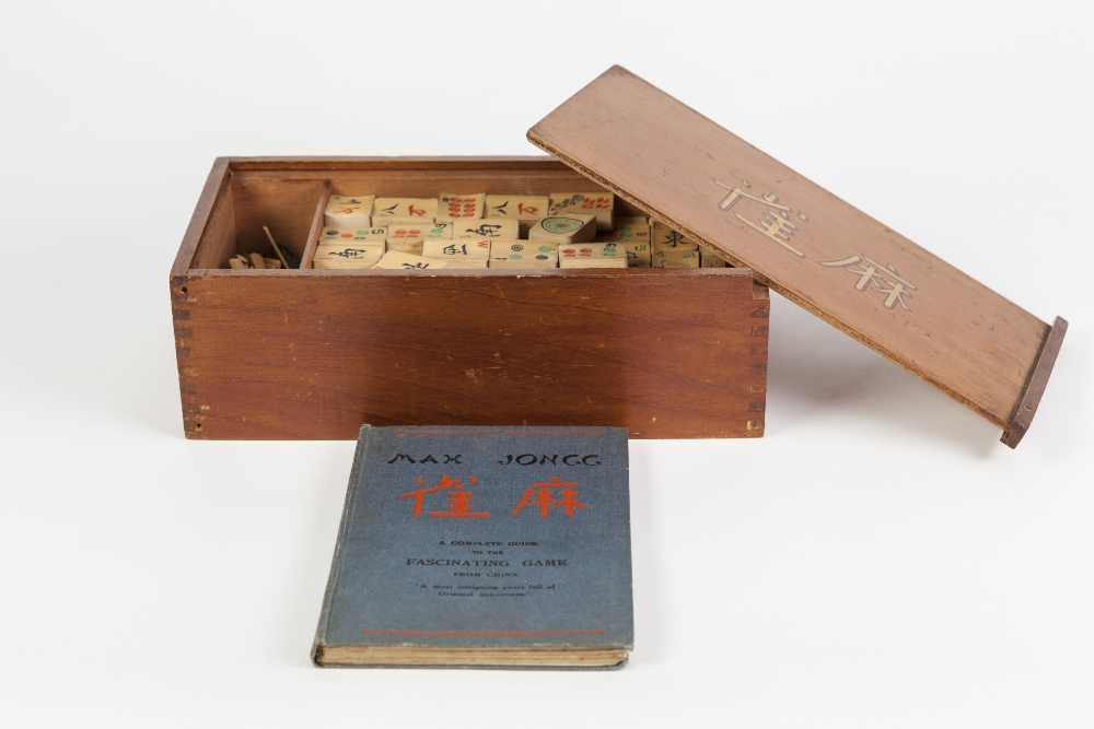 Lot 263 - AN INTER-WAR YEARS CHINESE MAH JONG SET with bamboo pieces, contained in original wooden box with