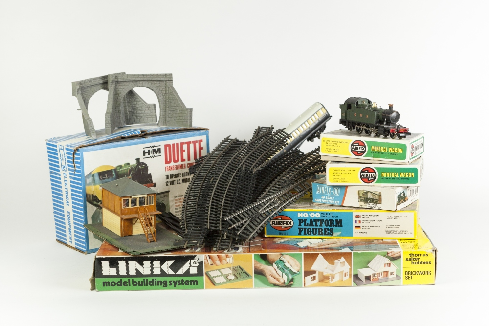 Lot 401 - SUNDRY ITEMS OF '00' MODEL RAIL to include Lima 2-6-2 tank locomotive No 4589 in GWR green livery,