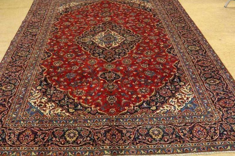 Los 34 - Tapijt, Kashan, 376 x 280 cm. A carpet, Kashan, 376 x 280 cm.