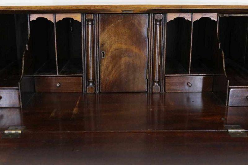 Los 1 - Mahonie damesbureau met schuine schrijfklep waarin interieur en waaronder 4 laden, Engeland 20e