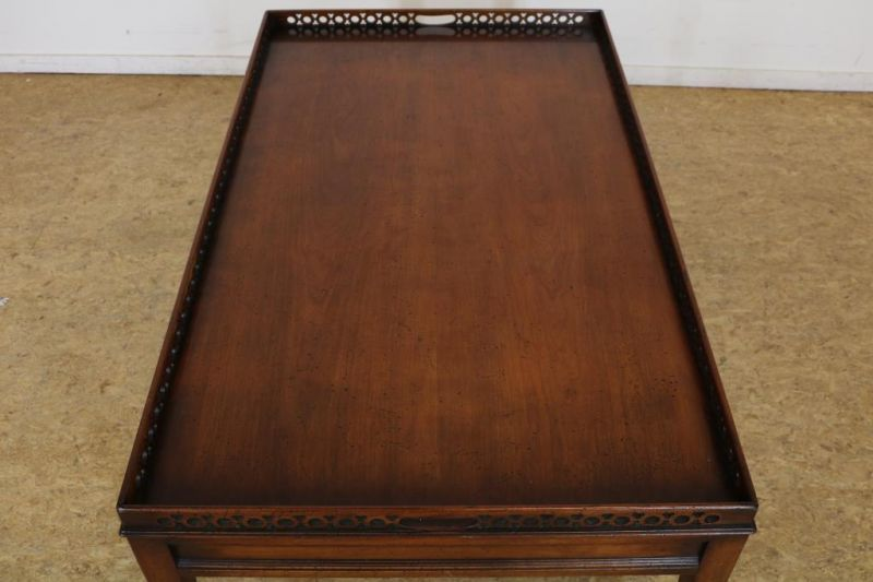 Los 53 - Kersenhouten salontafel, h. 50, l. 120, br. 70 cm. Cherry wood coffee table, h.50, l. 120, w. 70 cm.