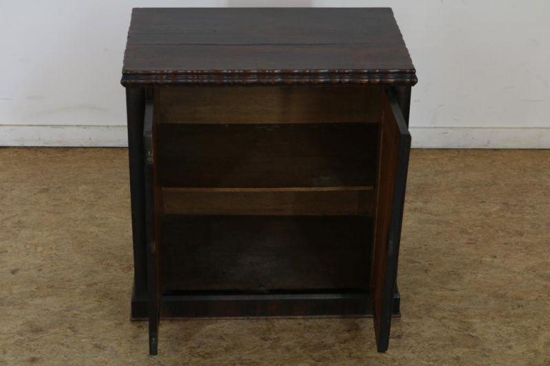 Met palissander belijmde commode met 2 deuren, h. 54, br. 54, d. 35 cm. Partly rosewood commode with - Bild 2 aus 3