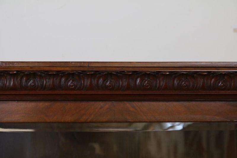 Los 17 - Noten vitrinekast met 1 deur en gebolde vensters op klauwpoten, ca. 1900, h. 170, br. 130, d. 43 cm.
