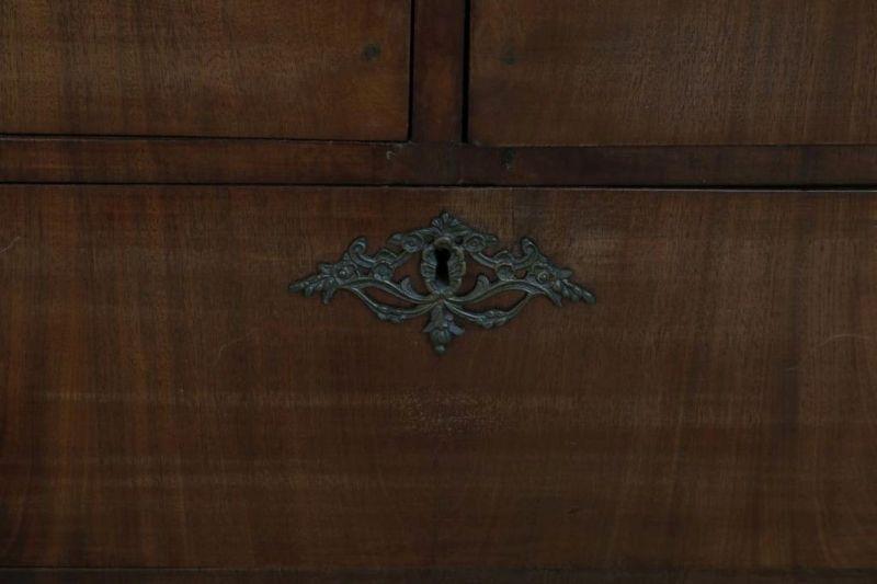 Los 35A - Mahonie hekjeskabinet met 2 paneeldeuren en 4 laden, Holland ca. 1800, h. 240, br. 168, d. 61 cm.