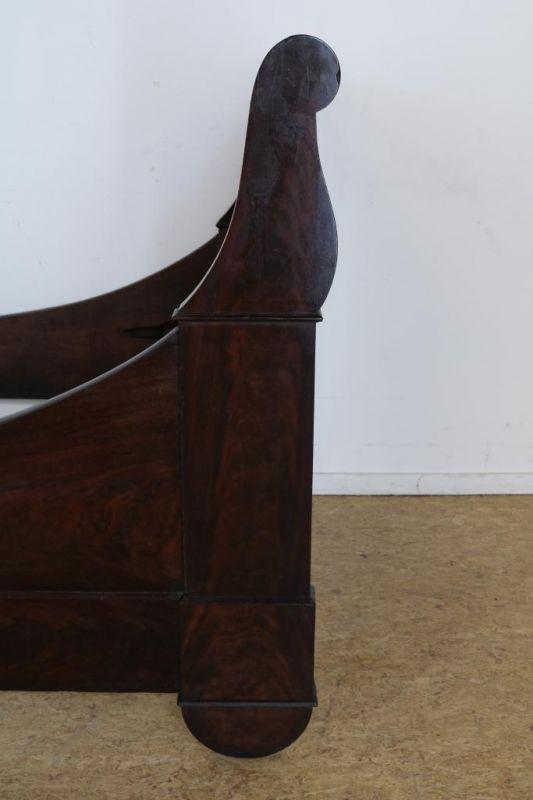 Los 3 - Mahonie Louis Philippe ledikant, zgn. lit en batteau, 19e eeuw, h. 105, br. 105, binnenmaat 200 x 98