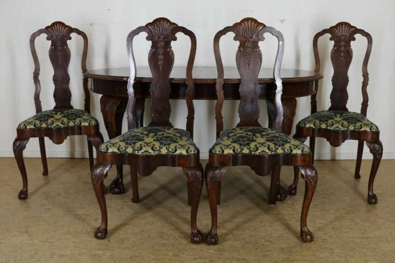 Serie van 4 noten Chippendale-stijl stoelen en uitschuiftafel, h. 76, br. 160, d. 95 cm. Mahogany